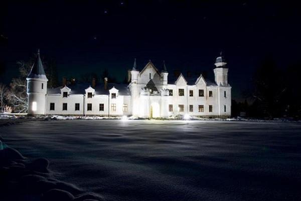 Das Herrenhaus Alatskivi in der Dunkelheit leuchtend