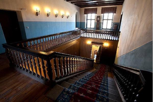 Innenansich vom Herrenhaus Alatskivi von den dunklen, hölzernen Treppen aus