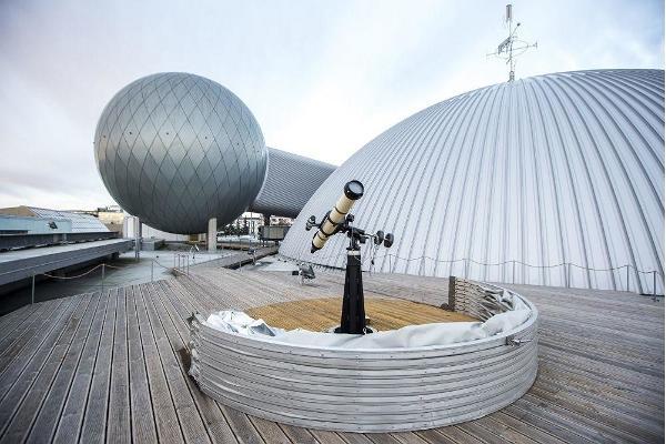 Das Wissenschaftszentrum AHHAA organisierte auf dem Dach des Zentrums Abende zum Beobachten von Himmelskörpern.