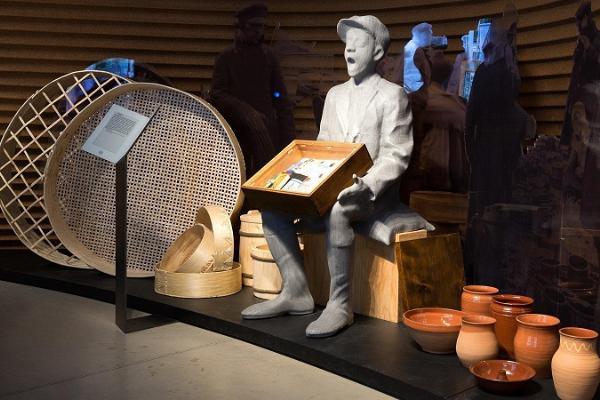 """Kuvassa on ERM:n perusnäyttelyssä """"Kohtumised"""" esillä oleva 1900-luvun käsityölasta"""