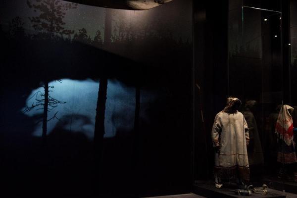 """Kuvassa on ERM:n perusnäyttelyssä """"Uurali kaja"""" esillä olevia suomalais-ugrilaisten kansojen kansallispukuja"""