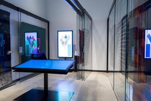 Kuvassa on näyttelyssä esillä olevia talonpoikien mattoluomuksia