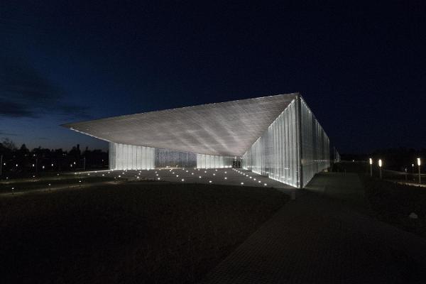 Kuvassa on ERM:n valaistu pääsisäänpääsy pimeänä iltana