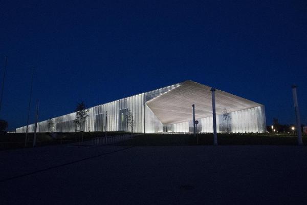 Kuvassa on ERM:n upeasti valaistu rakennus iltahämärässä
