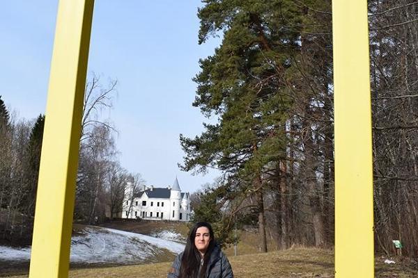 Im Park des Herrenhauses Alatskivi beindet sich das gelbe Fenster von National Geographic, dort sitzt eine junge Frau.