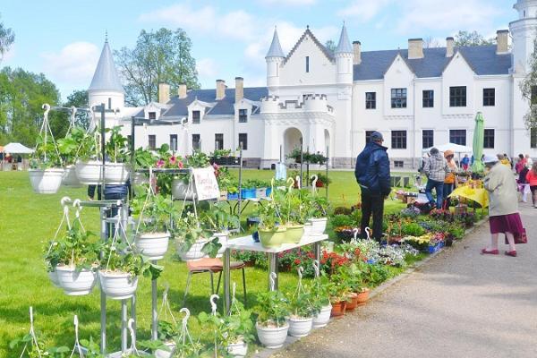 Vor dem Herrenhaus Alatskivi erfolgty jedes Jahr das Josephine-Blumenfest.