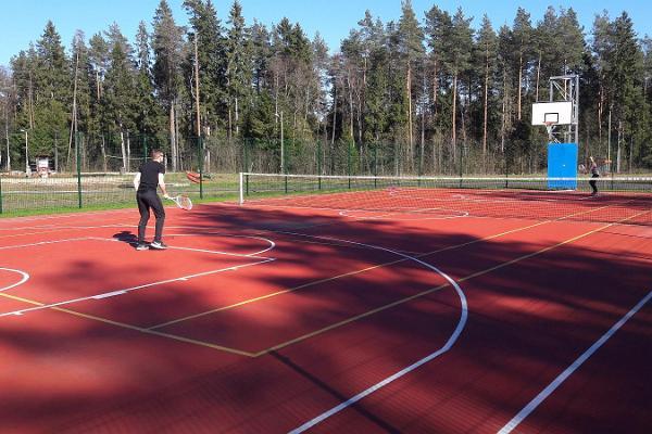 Tennis- och basketplan vid skid- och semestercentrum Valgehobusemäe
