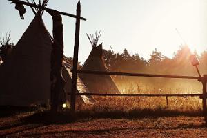 Alkukantainen yöpyminen Preeriakodassa