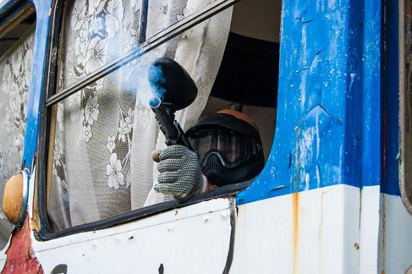 Moottori -paintball (Motor paintball) Tallinnassa entisellä neuvostolaisella varuskunta-alueella