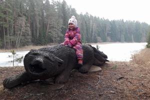 Väike Väerada ja sabaga kala püüdev hunt eesti rahva muinasjutust. Hundi puuskulptuuril istub rõõmus väike tüdruk