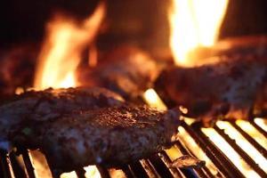 Auf offenem Feuer zubereitete Fleischgerichte im Restaurant Waksal Wabrik