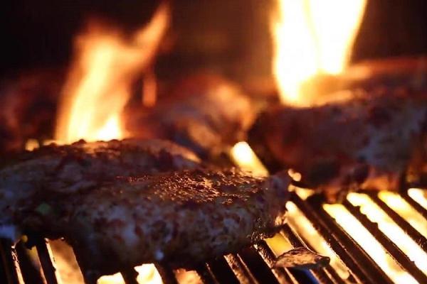 Restaurang Waksal Wabriks kötträtter som är lagade på levande eld