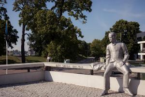 Olev Siinmaas monument