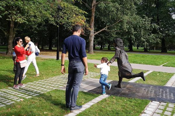 Lidijas Koidulas un Johana Voldemāra Jansena memoriālais laukums un bērni skraida parkā kopā ar Lidiju Koidulu