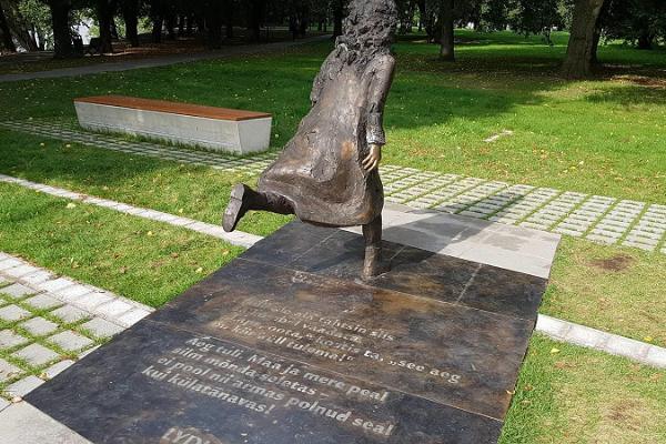 Lidijas Koidulas un Johana Voldemāra Jansena memoriālais laukums vasarā, Lidija parkā skrien