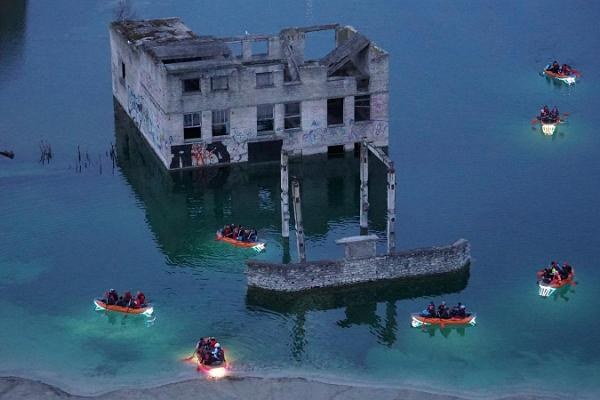 Eine beleuchtete Tour mit dem Floß auf dem Rummu-See
