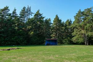 Tennis- und Fußballplatz des alten Volkshauses auf der Insel Kihnu
