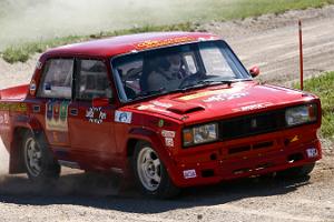 Schnelligkeitswettbewerb neben einem professionalen Rallyefahrer im Rallye-Park in Laitse