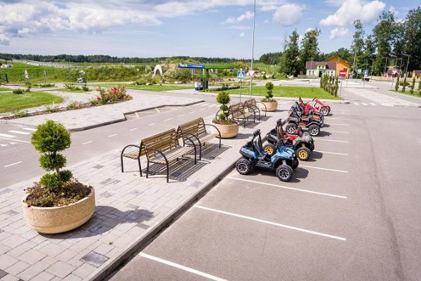 Городок дорожного движения и игровой домик в парке LaitseRallyPark