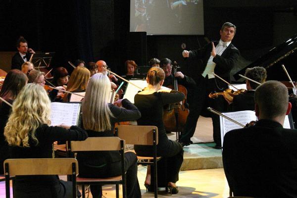 Irina Zahharenkova (klaver) ja Narva Linna Sümfooniaorkester