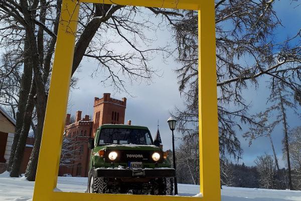 Sangaste Safari auto Sangaste lossi ees läbi kollase akna