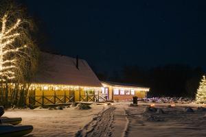 Feste und Schulungen im kleinen Floßhaus auf dem Fluss Vigala