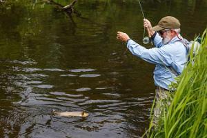 Fiskeresa för familjen i estnisk natur