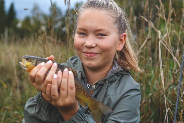 Perheen kalastusretki Viron luonnossa
