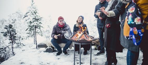 Люди на зимнем пикнике в Эстонии