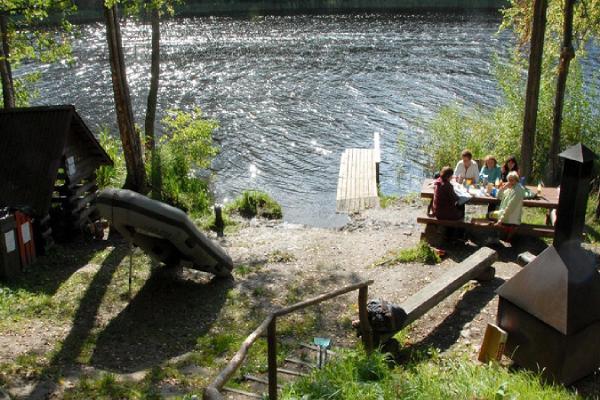 Площадка для костра и заповедник на озере Тюндре