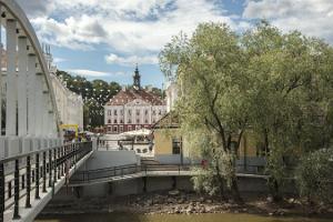 Die Bogenbrücke und Rathausplatz an einem hellen Sommertag