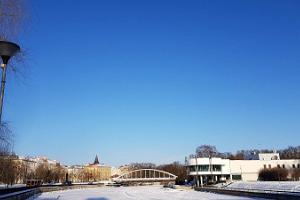 Kaarsild talvel ning jäätunud Emajõgi