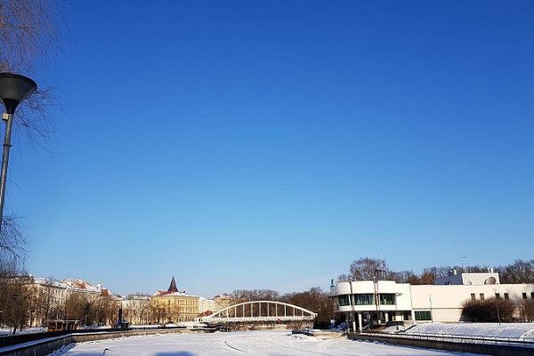 Arku tilts ziemā un apledojusī Emajegi upe
