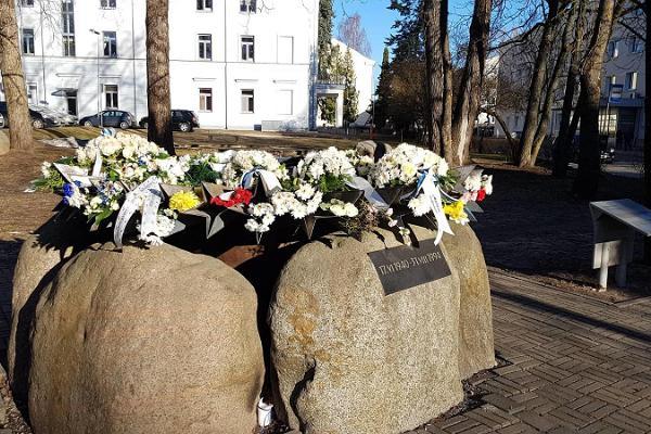 """Piemineklis Staļinisma upuriem """"Rudzupuķe"""""""