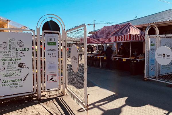 Geöffnetes Tor auf dem Freiluftmarkt in Tartu