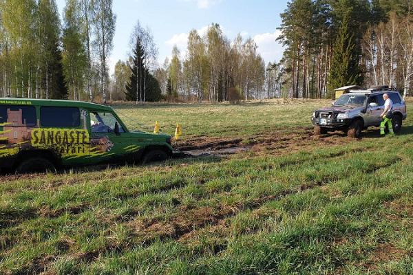 Sangaste Safari auto jäi põllule kinni