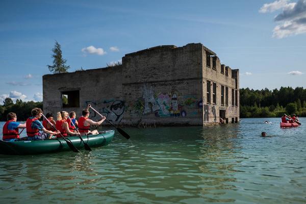 Wasserausflug im Tagebau von Rummu zusammen mit einer Exkursion des Gefängnisses von Murru