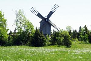 Windmühle im Dorf Ennu