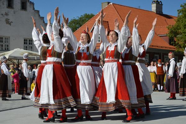Folk dance concerts on Thursdays (Neljapäevane Labajalg) in Kuressaare