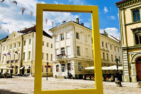 Promenad i Tartus innerstad: Rådhustorget och gula fönstret