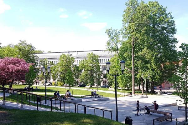 Promenad i Tartus innerstad: Pirogovs park på våren