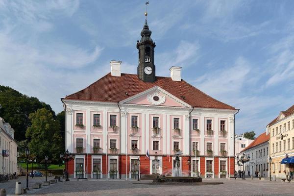 Тартуская ратуша и фонтан «Целующиеся студенты»