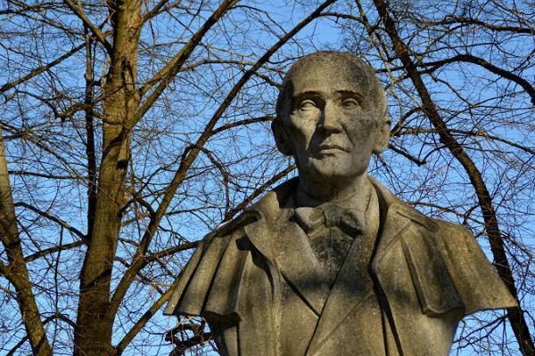 Kirjanduslik jalutuskäik Tartus: F. R. Kreutzwaldi monument