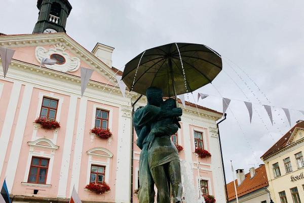 """Скульптура с фонтаном """"Целующиеся студенты"""""""