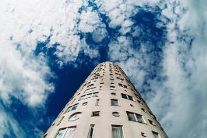 Sinist värvi taevasse kõrguv Tigutorn ja valged pilved