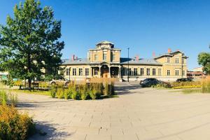 Järnvägsstationen i Tartu på en solig dag