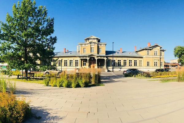 Тартуский железнодорожный вокзал солнечным днем