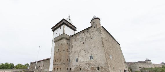 Linnoitus, edessä linnan piha