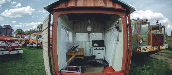 Vanhaan autoon rakennettu mummonmökki