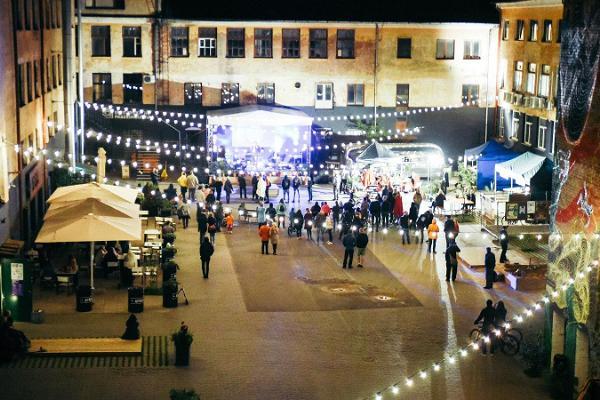 Aparaaditehas Creative City, an evening concert in the courtyard